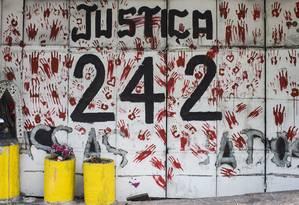 Fachada há cinco anos, ainda guarda os sinais da tragédia Foto: Edilson Dantas / Agência O Globo