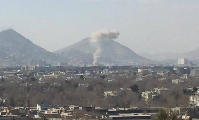 Ambulância explode e mata pelo menos 90 pessoas no Afeganistão