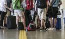 Consumidores apontam a diferença de medidas por companhia aérea e o fato de alegarem, no embarque, que não há mais espaço a bordo mesmo em casos em que a mala está dentro do padrão Foto: André Coelho / Agência O Globo