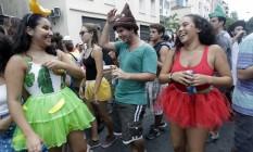 A troca de olhares é o termômetro das paqueras nos blocos Foto: Luiz Ackermann / Agência O Globo