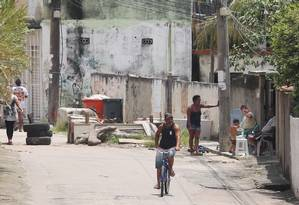 Uma das entradas da comunidade do Rola, em Santa Cruz Foto: Fabiano Rocha / Agência O Globo