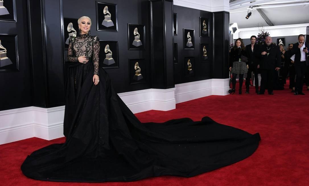 Lady Gaga foi uma das primeiras a chegar no Grammy usando a rosa branca em apoio ao #timesup ANGELA WEISS / AFP