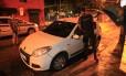 Tiroteio na Tijuca deixa um morto e feridos. Um carro foi atingido por vários disparos durante perseguição policial a bandidos armados com fuzis