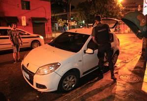 Tiroteio na Tijuca deixa um morto e feridos. Um carro foi atingido por vários disparos durante perseguição policial a bandidos armados com fuzis Foto: Uanderson Fernandes / Agência O Globo