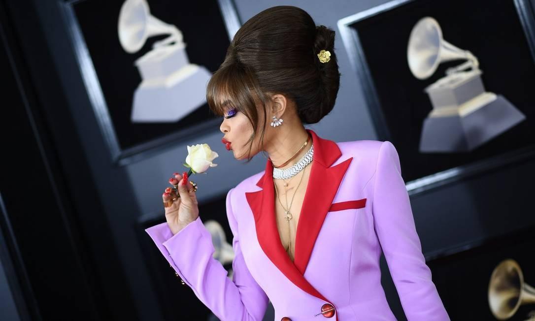 Andra Day com a flor branca em apoio ao #timesup na 60ª edição do Grammy JEWEL SAMAD / AFP