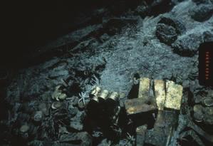 Foto de 1989 mostra barras e moedas de ouro no S.S. Central America Foto: FILE / AP