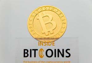 Representação visual da moeda digital BitCoin, em La Maison du Bitcoin, em Paris Foto: Acervo