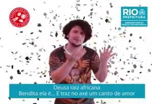O intérprete de libras Igor Mesquita traduz samba do Salgueiro para deficientes auditivos Foto: Reprodução