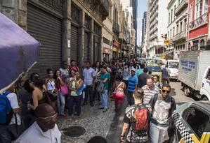 Fila de candidatos a vaga de emprego no Rio, a cidade que mais destrui trabalho com carteira Foto: Guito Moreto / Agência O Globo
