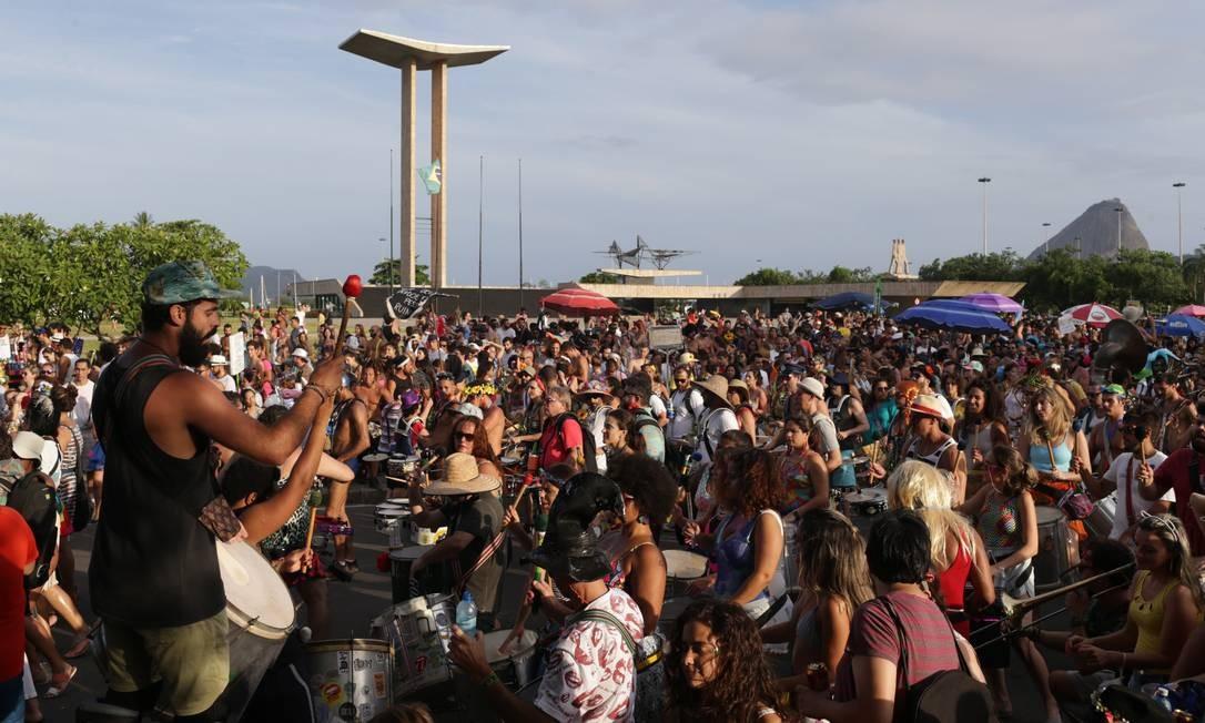 Ensaio da Orquestra Voadora no aterro do Flamengo levou centenas de pessoas às ruas Foto: Pedro Teixeira / Agência O Globo