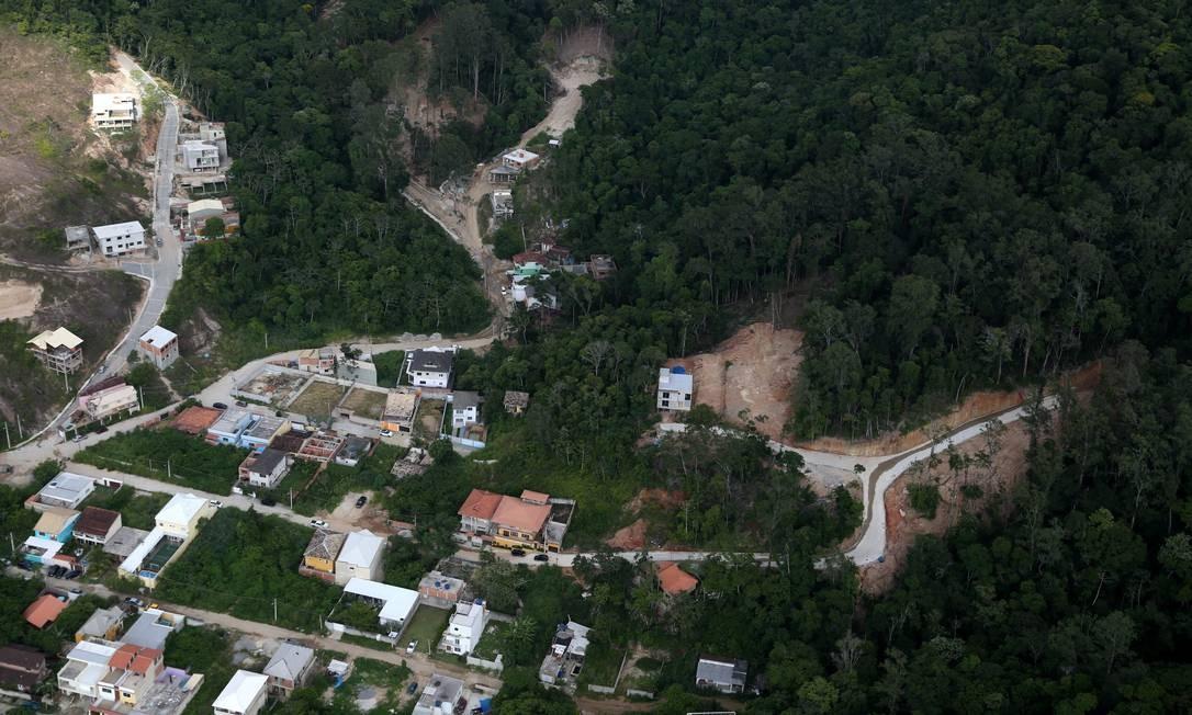 Operação por terra e ar do INEA para combater desmatamentos e loteamentos ilegais Foto: Custódio Coimbra / Agência O Globo