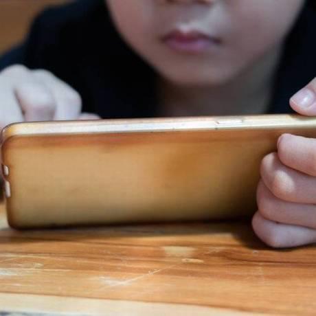 Especialistas alertam que uso excessivo de dispositivos móveis pode atrapalhar o desenvolvimento das crianças Foto: Shutterstock / Tum Nuy