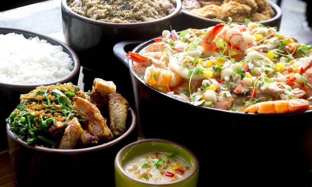 O Mercure Copacabana vai além do tradicional feijão preto e oferece uma feijoada de frutos do mar (R$ 85 individual), no dia 11. No bufê, caldo de feijão branco, camarão, lula, mexilhão e polvo, e inclui ainda saladas, pratos quentes e sobremesas, e uma caipiríssima por pessoa. Av. Atlântica 2.554, Copacabana. Dom, das 12h30m às 17h30m. Crianças de até 5 anos não pagam. De 6 a 12, R$ 42,50. Agridoce Branding / Divulgação