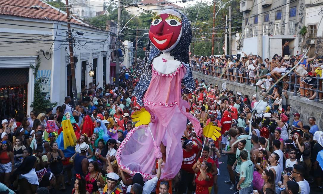Foliões brincam durante desfile dos Bloco das Carmelitas Foto: Pablo Jacob / Agência O Globo