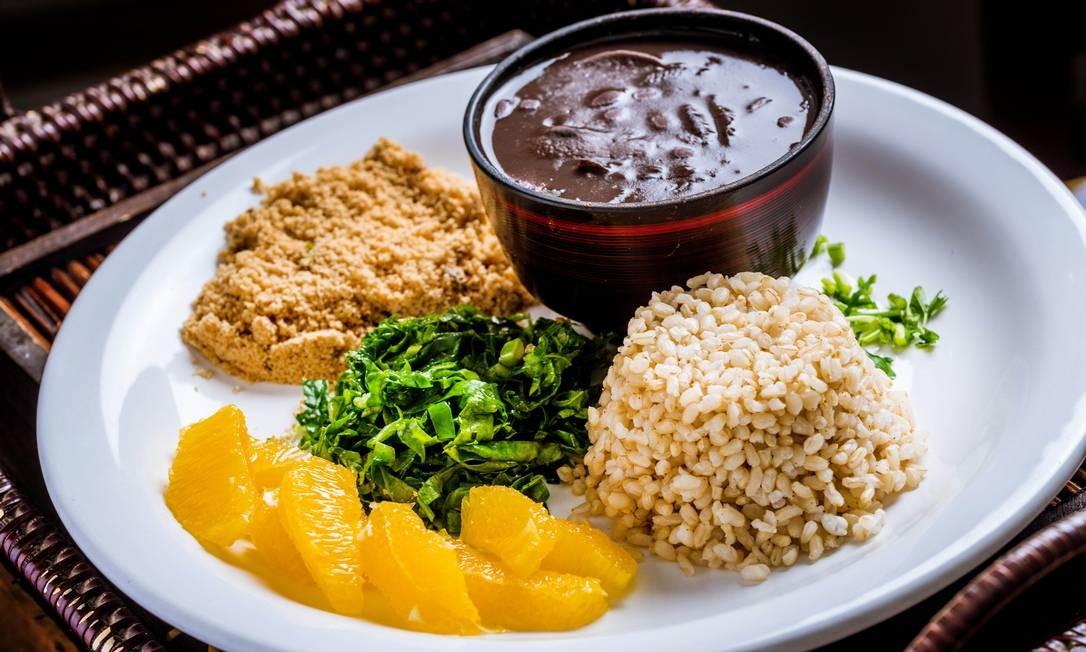 No BioCarioca, a versão vegana da casa (R$ 27,90) é temperada com bardana, algas, cogumelo e tofu. Acompanha arroz integral, farofa, couve e laranja. No dia 10, clientes que pedirem uma feijoada ganham um shot de batidinha de passas brancas com limão. Rua Xavier da Silveira 28, Copacabana Dom e seg, das 11h30m às 18h. Ter a sáb, das 11h30m às 23h. Foto: Filico / Divulgação
