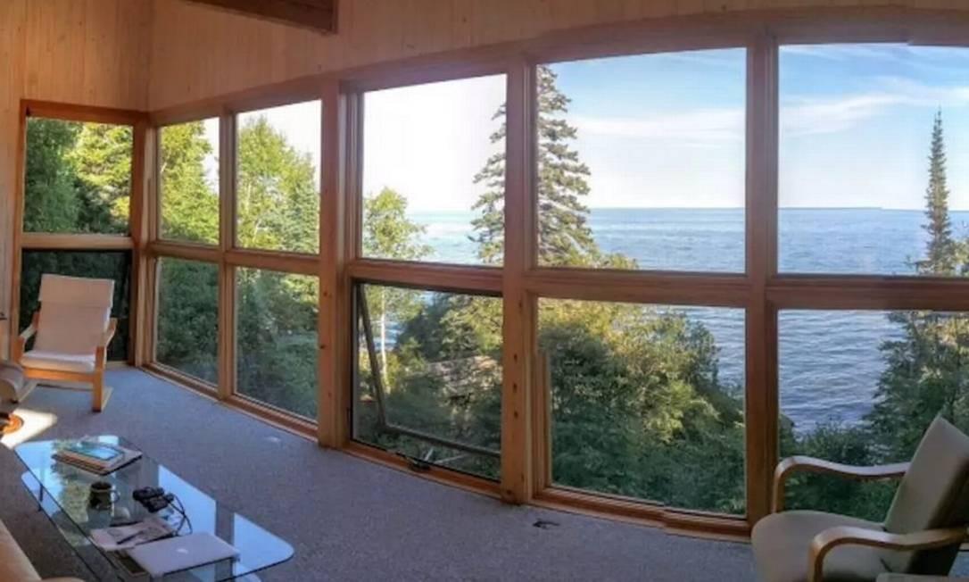 A vista espectacular para o Superior Lake, maior dos cinco Grandes Lagos, na fronteira entre os EUA e o Canadá, transforma a casa da anfitriã Brenna em um refúgio, garantindo ao local o terceiro lugar Foto: @brennakjellberg