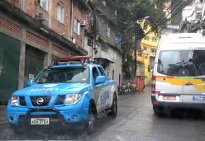 Um carro da PM na Favela da Rocinha Foto: Guilherme Pinto / Agência O Globo / 30.01.2018