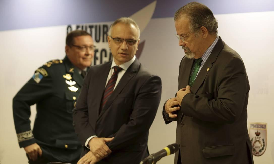 O ministro da Defesa participa da abertura do seminário com o secretário de Segurança do Rio Foto: Gabriel de Paiva / Agência O Globo
