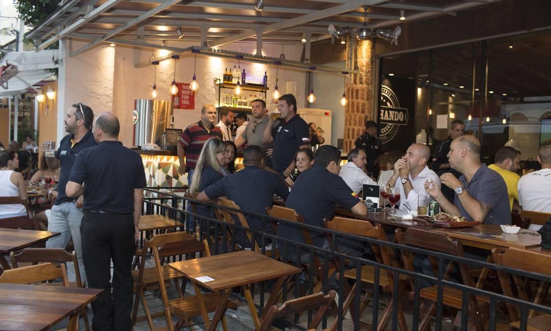 O Vizinhando - Gastronomia de Bar acaba de inaugurar um bar na varanda, onde são servidos drinques do barman Philipe Mello (ex-Shooters) e cocktails servidos em jarras de 750 ml, como a Soda Italiana (limão siciliano, xarope de maçã verde monin e água com gelo, R$ 19,90). Rua Galdino Pimentel 39, Méier (3502-9040). Foto: Divulgação