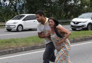 Motoristas e moradores da Cidade de Deus viveram momentos de pânico Foto: Roberto Moreyra / Agência O Globo