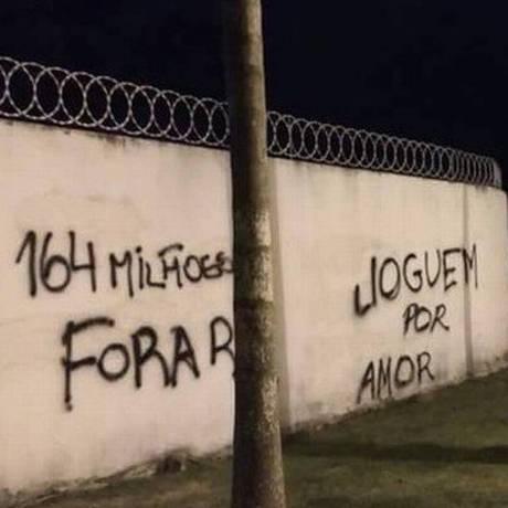 Muro pichado no Ninho do Urubu Foto: Reprodução