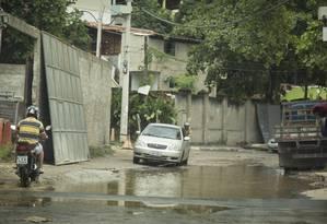 Trecho da Estrada do Itanhangá com buraco Foto: Agência O Globo / Fernando Lemos