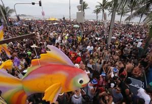 Desfile do bloco Simpatia é Quase Amor na orla de Ipanema, no ano passado Foto: Cléber Júnior / Agência O Globo