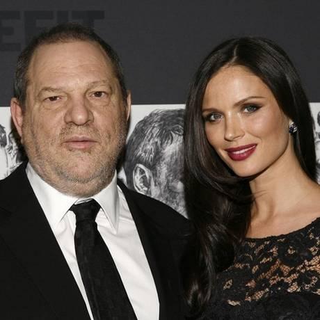 Harvey Weinstein e a então mulher, a estilista Georgina Chapman, em Nova York Foto: Andy Kropa/Invision/AP