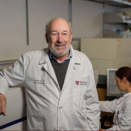 Ronald Levy (esquerda) e Idit Sagiv-Barfi coordenaram o estudo que descobriu nova técnica de combate ao câncer Foto: Steve Fisch / Divulgação da Universidade de Stanford