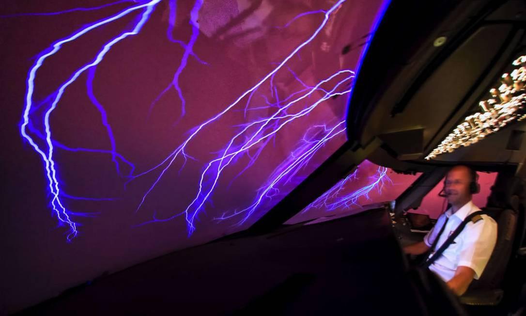 Da cabine do avião, visão perfeita do St. Elmo's Fire, fenômeno climático em que o efeito luminoso no céu é criado por uma forte descarga elétrica na atmosfera, durante tempestade ou erupção vulcânica Foto: Christiaan van Heijst para o cnntravel.com
