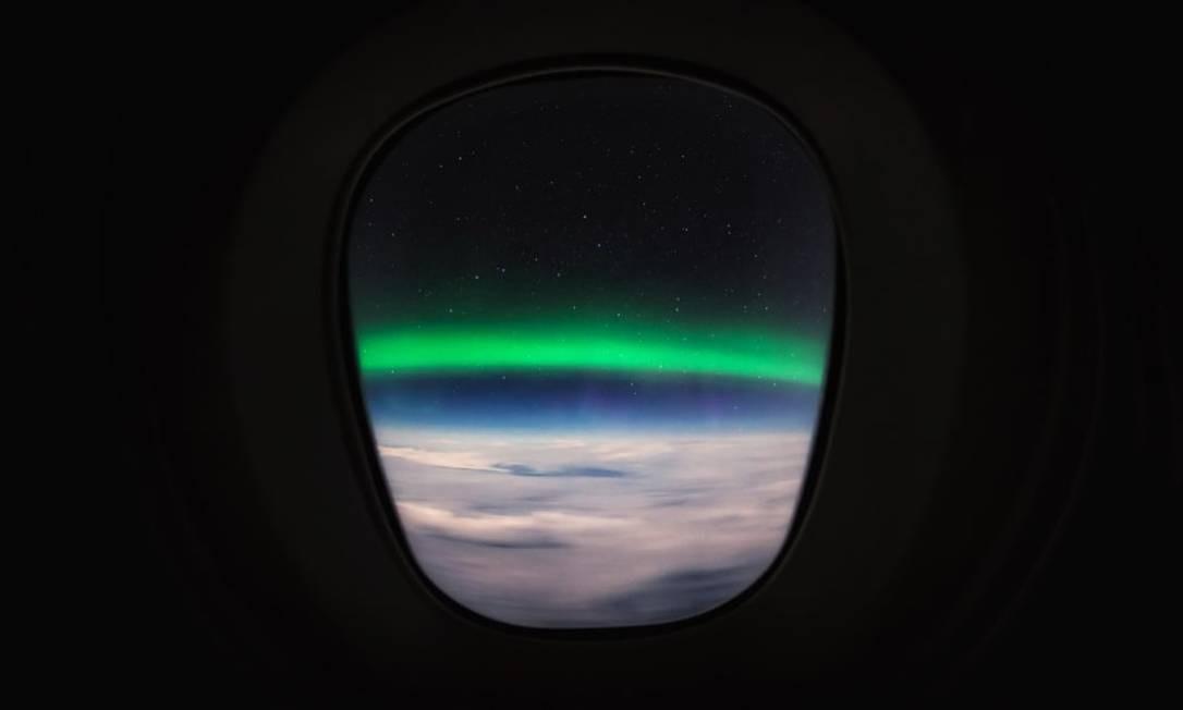 Em mais um registro do piloto holandês, pela janela do avião, a Aurora Boreal em toda sua glória Foto: Christiaan van Heijst para o cnntravel.com