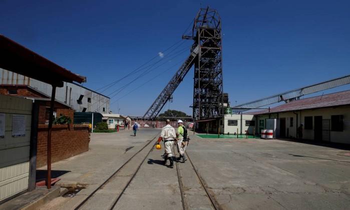 Presos há dois dias debaixo da terra, 955 mineiros são resgatados