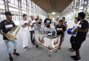 Samba da Feira. Ao lado de grandes nomes do samba, o Grupo Bororó anima as festas realizadas no Armazém do Engenhão nos fins de semana Foto: Luiz Ackermann / Agência O Globo