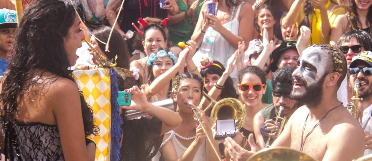 André fez o pedido de casamento a Tatiana no meio do bloco Desce mas não sobe Foto: Nery / Divulgação / Angelo Nery