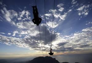 Tirolesa gigante, a mais extensa do mundo, com 2,83 km, foi inaugurada em Ras al-Khaimah, um dos Emirados Árabes Unidos Foto: Kamran Jebreili / AP