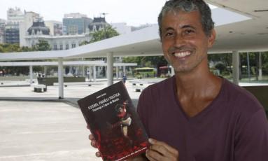 Livro. Teones com Futebol, Paixão e Política - Flamengo e Copas do Mundo Foto: Fábio Guimarães / Fábio Guimarães