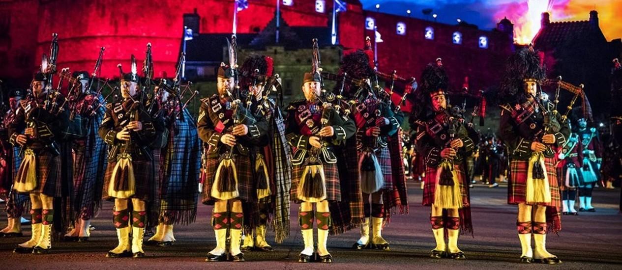 Apresentação de gaitas de fole durante o Royal Military Tattoo, um dos festivais de verão de Edimburgo, na Escócia Foto: Andrew Pickett / VisitBritain//Divulgação