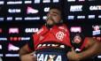 Henrique Dourado veste a camisa do Flamengo pela primeira vez