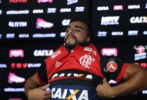 Henrique Dourado veste a camisa do Flamengo pela primeira vez Foto: Gilvan de Souza