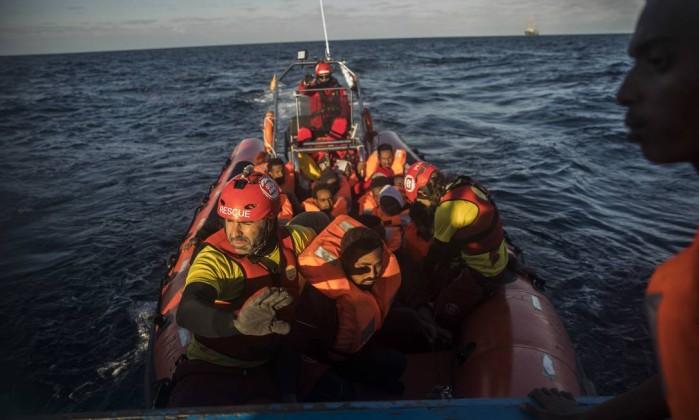 Pelo menos 90 migrantes morrem em naufrágio durante travessia no Mediterrâneo