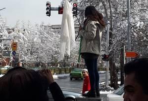 Mulher retira seu véu em público, no Irã Foto: Reprodução Twitter