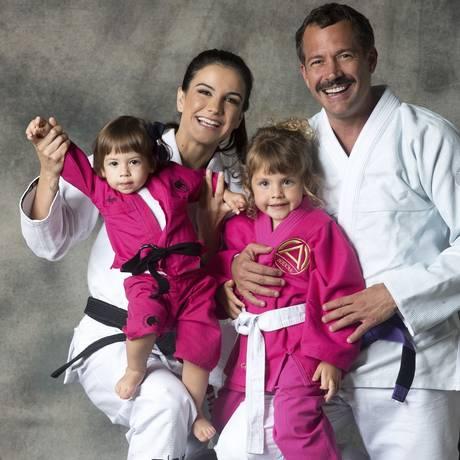 Kyra e Malvino já ensinam jiu-jítsu para as filhas Kyara (à esquerda) e Ayra Foto: Marcelo Faustini