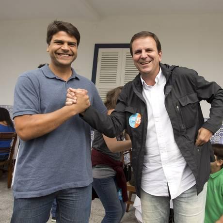 Eduardo Paes e Pedro Paulo, no dia das eleições municipais de 2016 Foto: Márcia Foletto/Agência O Globo/02-10-2016