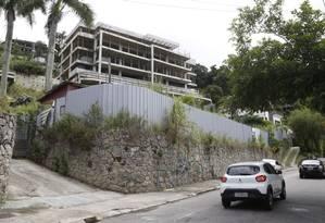 Prédio inacabado na Estrada Fróes: obras paralisadas refletem a crise na construção civil Foto: Agência O Globo / Fábio Guimarães
