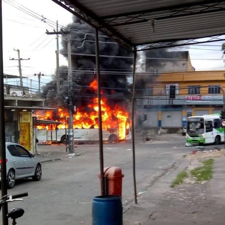 Ônibus queimado por criminosos na Zona Norte do Rio Foto: Reprodução/redes sociais