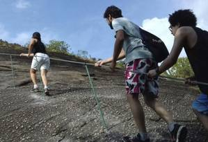 Para frear o impacto ambiental no Costão, cabos de aço foram instalados na rocha: visitantes estavam usando vegetação como apoio Foto: Divulgação/Peset