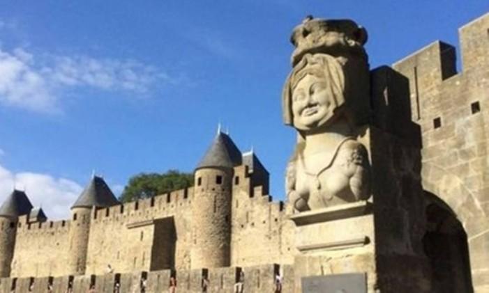A cidade murada e o castelo de Carcassonne, no sul da França, inspiraram a novela 'Deus salve o rei' Foto: Alina Hartounian / AP