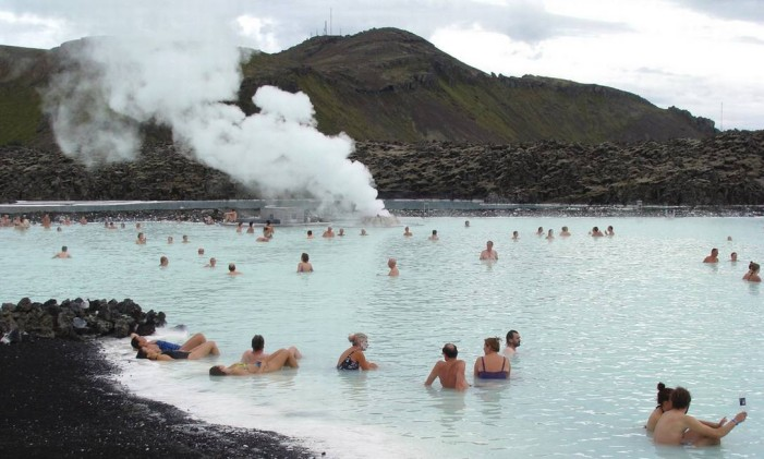A Blue Lagoon fica em meio ao gelo e a cerca de 40 quilômetros da capital da Islândia, Reykjavik Foto: Divulgação bluelagoon.com