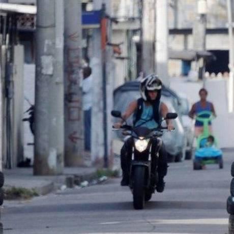 Uma das barreiras do tráfico, feita com pedaços de trilho Foto: Domingos Peixoto / Agência O Globo