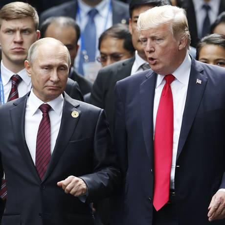 Putin e Trump conversam durante reunião de cúpula da Apec, no Vietnã Foto: Jorge Silva / AP/11-11-2017